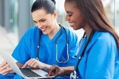 Laptop van gezondheidszorgarbeiders Stock Afbeeldingen