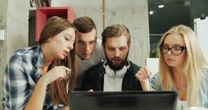 Laptop van het bureaugroepswerk stock videobeelden