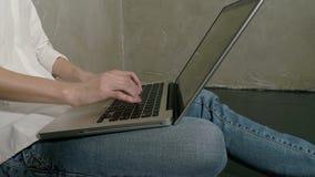 Laptop van het Freelancer vrouwelijke gebruik bij huis stock video