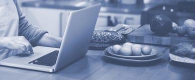 Laptop van huisvrouwensearching preparing menu Concept royalty-vrije stock foto