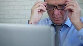Laptop van zakenmanstart working opening en het Zetten van Zijn Oogglazen stock footage