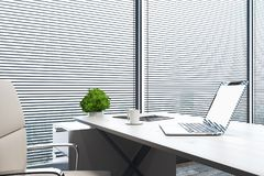 Laptop vazio no escritório Foto de Stock