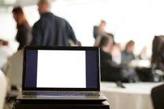 Laptop w biznesowym pokój konferencyjny Zdjęcie Royalty Free