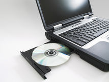 Laptop w/cd stieß I aus Stockfotos