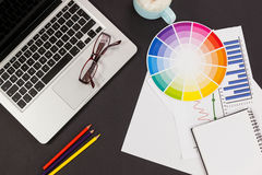 Laptop, widowiska, kolorów ołówki, koloru planu mapa, filiżanka, biznesowy wykres i dzienniczek, Obraz Stock