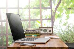 Laptop on wooden worktable Royalty Free Stock Photos