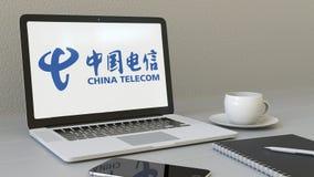 Laptop z China Telecom logem na ekranie Nowożytnego miejsca pracy artykułu wstępnego 3D konceptualny rendering Zdjęcie Stock