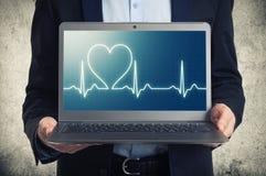 Laptop z ekg na ekranie Zdjęcie Royalty Free