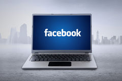 Laptop z facebook tapetą Zdjęcia Royalty Free