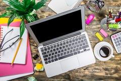 Laptop z filiżanką kawy i pepers na drewnianym Fotografia Stock