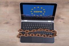 Laptop z GDPR listami w UE gra główna rolę na drewnianym tle obrazy stock