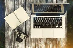 Laptop z notatnikiem i rocznik kamerą Zdjęcia Stock