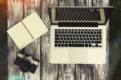Laptop z notatnikiem i rocznik kamerą Zdjęcie Royalty Free