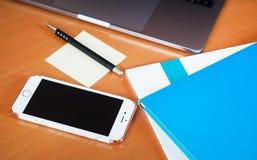 Laptop z pastylką i mądrze telefonem na stole Obrazy Stock