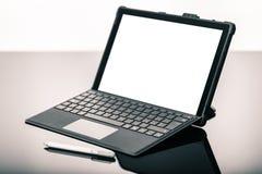 Laptop z piórem na czerni powierzchni Obraz Royalty Free