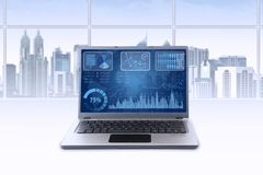 Laptop z pieniężną mapą w biurze Zdjęcie Royalty Free