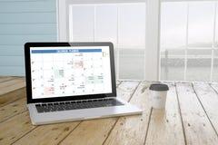 laptop z planisty kalendarzem na ekranie z portowym tłem i Zdjęcie Stock