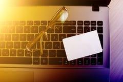 Laptop z pustą wizytówką i szkłami Obraz Stock