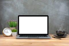 Laptop z pustym ekranem na stole zdjęcia stock
