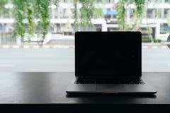 Laptop z pustym ekranem na stole, Konceptualny workspace, laptop z pustym bielu ekranem na stole, Zielony tło fotografia stock