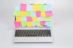 Laptop z pustymi kleistymi notatkami na ekranie Obraz Stock