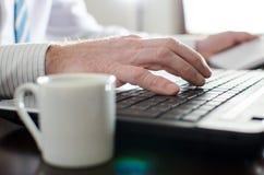 laptopa biznesmen typ Zdjęcia Stock