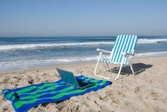 laptopa na plaży ręcznik Fotografia Royalty Free