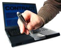 laptopa podpisanie umowy Zdjęcia Stock