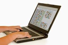 laptopa przygwizd dzieciaka. Zdjęcia Stock