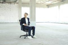 laptopa young biznesmena zdjęcie stock