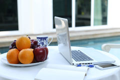 Laptopbürocomputer zu Hause bearbeiten Lizenzfreies Stockbild