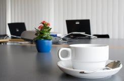 Laptope, Blumen und Kaffee Stockfoto
