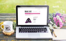 Laptopfrühlingsgeschäft auf Linie stockfoto