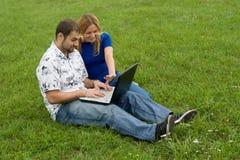 Laptopgeschäftspaare Lizenzfreie Stockfotografie