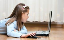 Laptopmädchen stockbild
