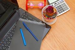 Laptopnotizbuch-Taschenrechnersanduhr und trocknen Rosafarbenes Stockfoto
