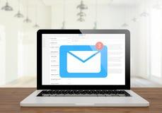 Laptoppost auf dem hölzernen Desktop lizenzfreies stockfoto