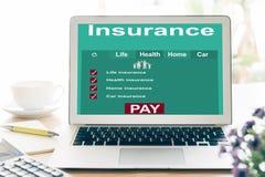 Laptops aan onderzoek naar verzekering stock afbeeldingen
