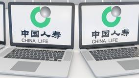Laptops met de Verzekeringsmaatschappijembleem van China Life op het scherm Naadloze computertechnologie conceptuele redactie4k k stock footage