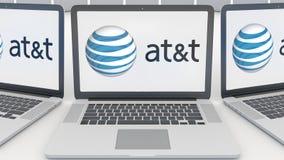 Laptops mit American Telefone und Telegraf Company AN t-Logo auf dem Schirm Computertechnologie-Begriffsleitartikel Lizenzfreies Stockbild