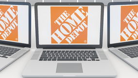 Laptops mit dem Home Depot-Logo auf dem Schirm Wiedergabe des Computertechnologiebegriffsleitartikels 3D stock abbildung