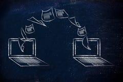 Laptops mit den Dokumenten, die von einem Schirm zum anderen fliegen Stockbild