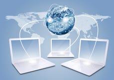 Laptops mit Erde und Weltkarte Stockbild