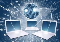 Laptops mit Erde und Weltkarte Lizenzfreies Stockfoto