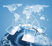 Laptops mit Erde und Weltkarte Stockfoto