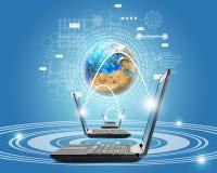 Laptops mit Erdkugel Lizenzfreies Stockfoto