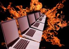 Laptops rij in vurige ring Stock Afbeeldingen