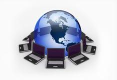 laptops rond de aarde Royalty-vrije Stock Afbeeldingen