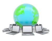 Laptops um die Planetenerde Stockbilder