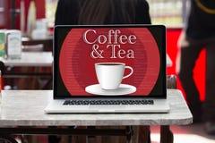 Laptopschirm, der eine Mitteilung auf der Schirmkaffee- und -teeschale zeigt Lizenzfreies Stockfoto